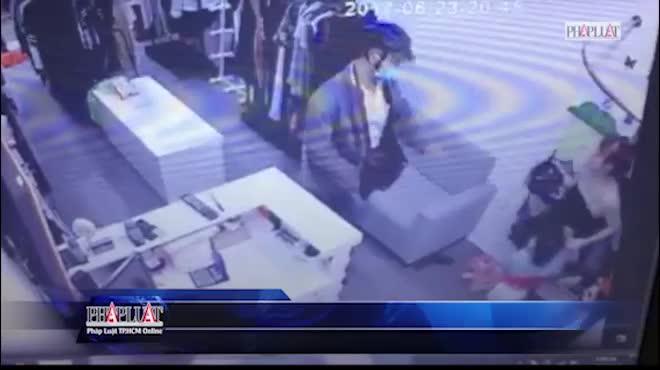 3 mẹ con quỳ lạy tên cướp có dao xin tha mạng ở TP.HCM