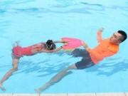 Xử lý đúng cách khi trẻ đi bơi bị nước vào tai