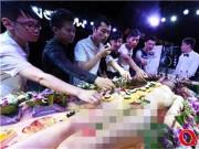 Mẫu nude tiệc sushi khổ sở vì khách dùng đũa sàm sỡ