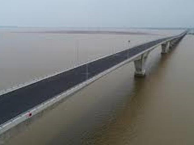 Vô tư trải chiếu ngồi nhậu trên cầu vượt biển dài nhất VN - 3