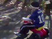 Clip hài: Tình huống hài hước của trẻ khi tập xe đạp
