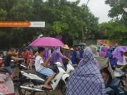 Người dân đội mưa vây kín trụ sở công an vì người phụ nữ lạ mặt