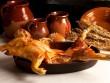 Heo sữa đút lò Tây Ban Nha cochinillo asado -  Thỏi vàng ròng  giữa trung tâm bàn tiệc
