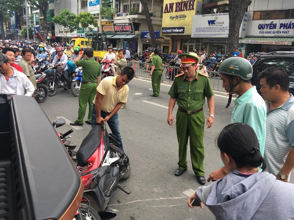 """Xe """"điên"""" lùa gần 10 ô tô xe máy, nhiều người bị thương - 3"""