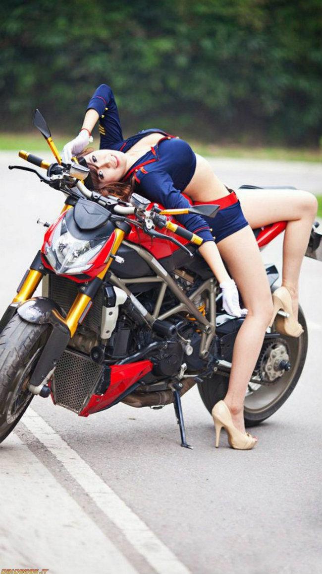 Uống éo bên xế nổ Ducati.