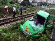 Tin tức trong ngày - Vượt đường ngang, taxi bị tàu hỏa húc bay hàng chục mét