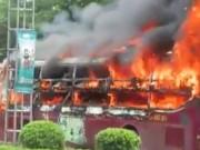 Xe khách chạy Nghệ An-Sài Gòn cháy dữ dội bên quốc lộ