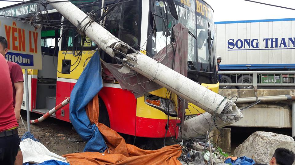 Đang đứng chờ khách, tài xế xe ôm bị xe buýt tông tử vong - 2