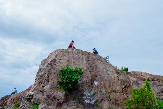 Nằm chênh vênh bên vách đá để selfie trên đồi Con Heo - 7