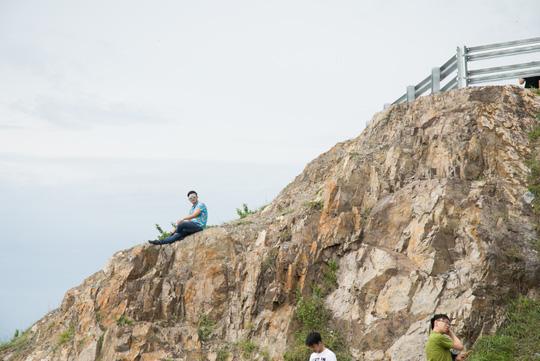 Nằm chênh vênh bên vách đá để selfie trên đồi Con Heo - 8