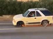 Mất 2 bánh, ô tô vẫn chạy băng băng trên đường