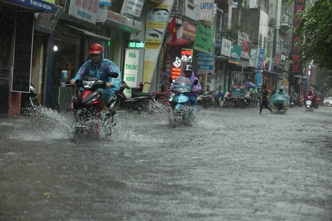 Hà Nội mưa trắng trời, ngập tứ phía do ảnh hưởng bão số 2 1