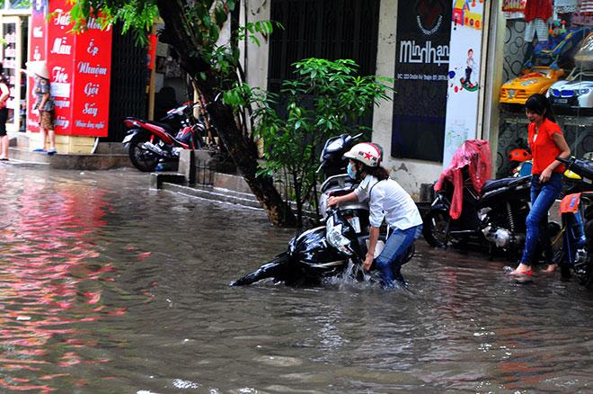 Hà Nội mưa trắng trời, ngập tứ phía do ảnh hưởng bão số 2 12