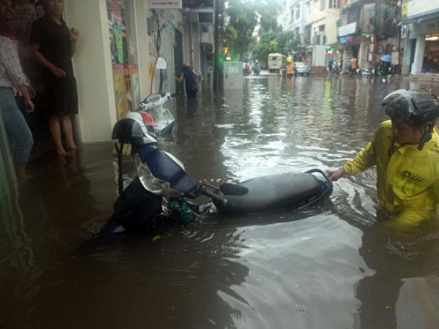Nước ngập ngang bụng, dân Thủ đô bỏ xe lội nước về nhà