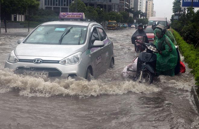 Nước ngập ngang bụng, dân Thủ đô bỏ xe lội nước về nhà - 3