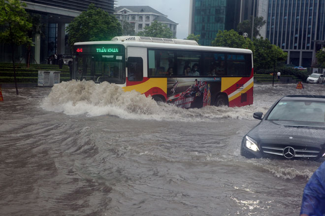 Nước ngập ngang bụng, dân Thủ đô bỏ xe lội nước về nhà - 4