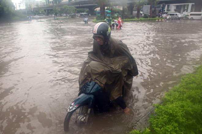 Nước ngập ngang bụng, dân Thủ đô bỏ xe lội nước về nhà - 5