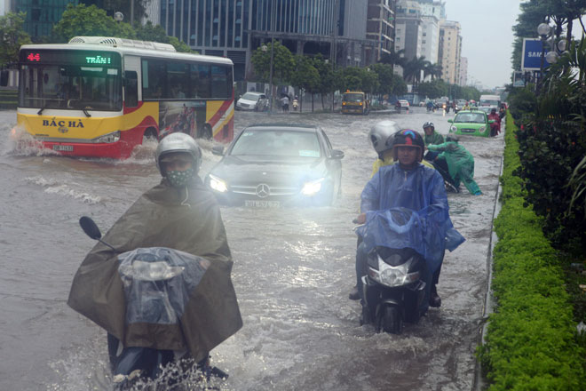Nước ngập ngang bụng, dân Thủ đô bỏ xe lội nước về nhà - 2