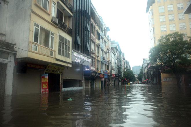 Nước ngập ngang bụng, dân Thủ đô bỏ xe lội nước về nhà - 6