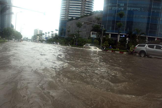 Nước ngập ngang bụng, dân Thủ đô bỏ xe lội nước về nhà - 1