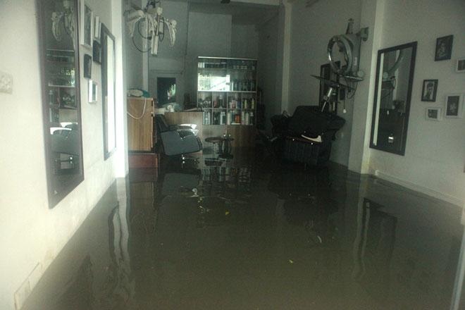 Nước ngập ngang bụng, dân Thủ đô bỏ xe lội nước về nhà - 14