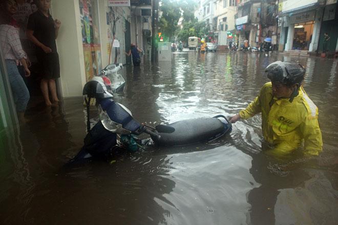 Nước ngập ngang bụng, dân Thủ đô bỏ xe lội nước về nhà - 11
