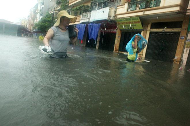 Nước ngập ngang bụng, dân Thủ đô bỏ xe lội nước về nhà - 8