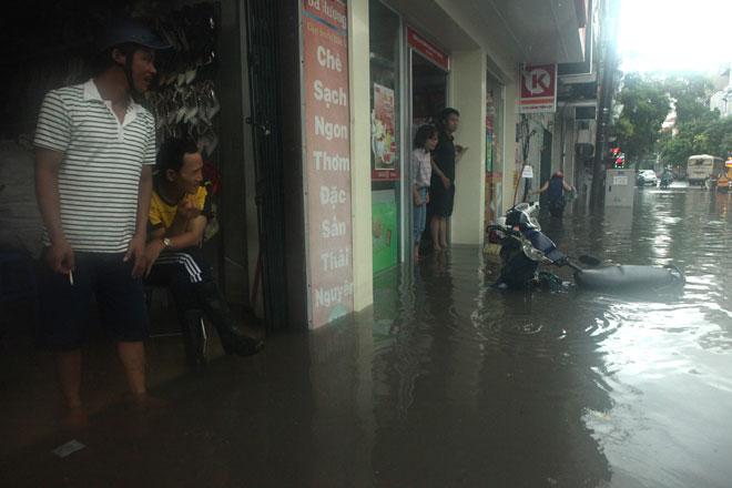 Nước ngập ngang bụng, dân Thủ đô bỏ xe lội nước về nhà - 12