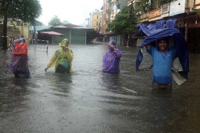 Nước ngập ngang bụng, dân Thủ đô bỏ xe lội nước về nhà - 9