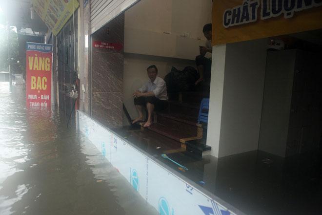 Nước ngập ngang bụng, dân Thủ đô bỏ xe lội nước về nhà - 13
