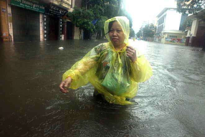Nước ngập ngang bụng, dân Thủ đô bỏ xe lội nước về nhà - 10