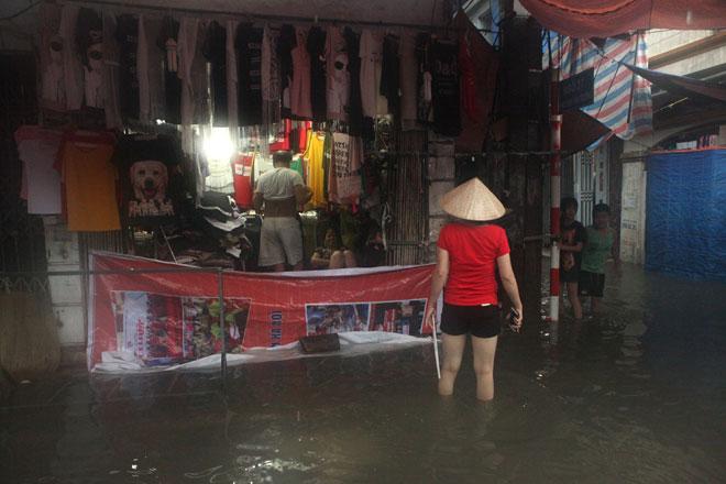 Nước ngập ngang bụng, dân Thủ đô bỏ xe lội nước về nhà - 15