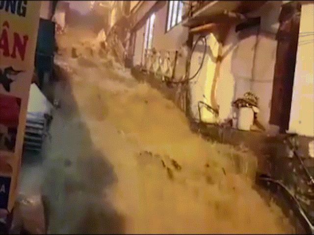 Kinh hãi: Nước chảy ào ào như thác đổ trên đường phố Sa Pa