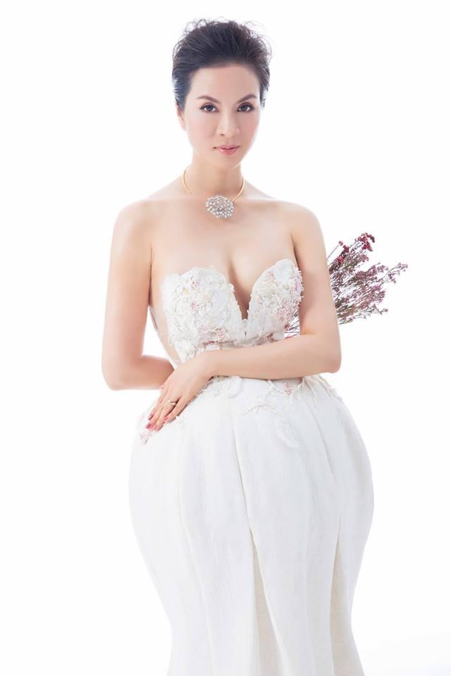 Đâu phải lần đầu nữ MC tuổi U50 này mặc váy xẻ đến bụng khoe ngực - ảnh 3