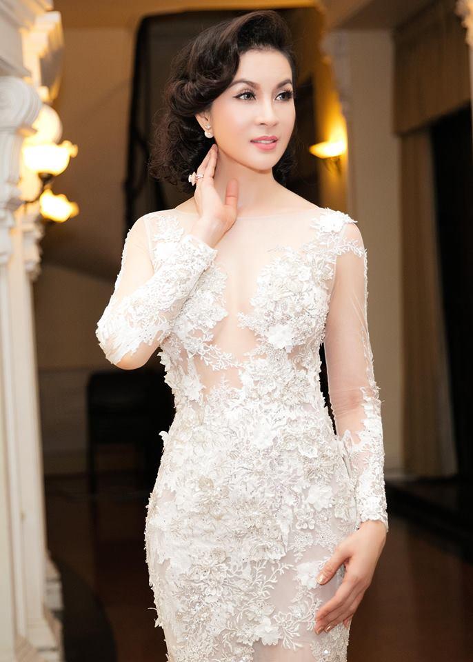 Đâu phải lần đầu nữ MC tuổi U50 này mặc váy xẻ đến bụng khoe ngực - ảnh 6
