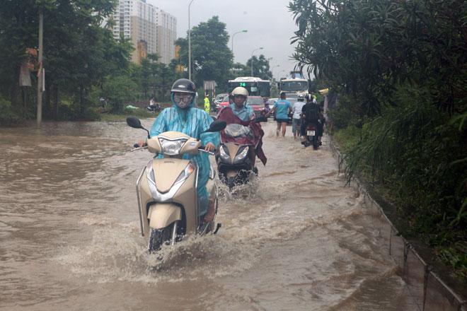 Đại lộ Thăng Long ngập sâu, dân xếp hàng thuê người chở xe - 3