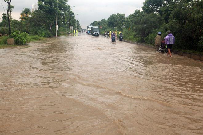 Đại lộ Thăng Long ngập sâu, dân xếp hàng thuê người chở xe - ảnh 1