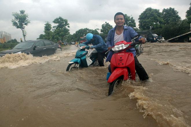 Đại lộ Thăng Long ngập sâu, dân xếp hàng thuê người chở xe - ảnh 4