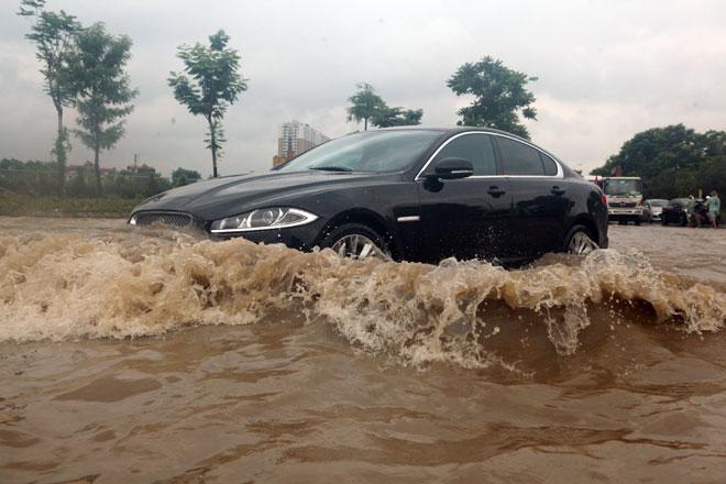 Đại lộ Thăng Long ngập sâu, dân xếp hàng thuê người chở xe - ảnh 2