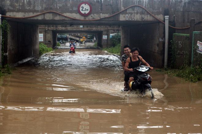 Đại lộ Thăng Long ngập sâu, dân xếp hàng thuê người chở xe - 6