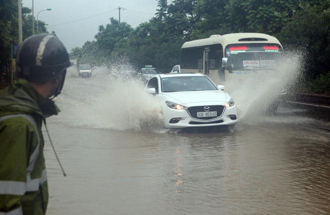 Đại lộ Thăng Long ngập sâu, dân xếp hàng thuê người chở xe - 11