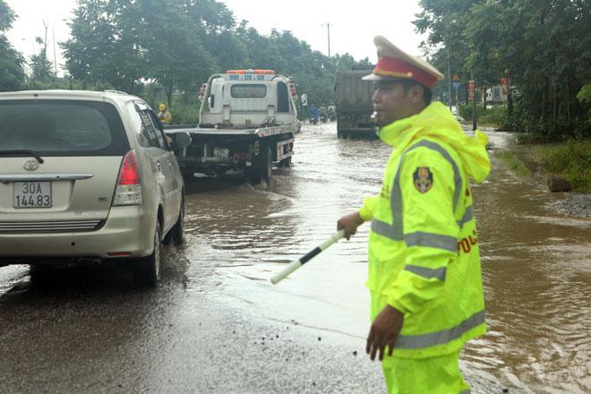 Đại lộ Thăng Long ngập sâu, dân xếp hàng thuê người chở xe - 12