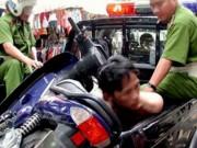 An ninh Xã hội - Liều lĩnh đánh người, cướp xe trước cổng Phòng An ninh điều tra
