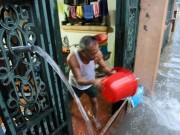 Nước tràn vào nhà sau mưa lớn, dân Thủ đô đắp kè tát nước cứu tài sản
