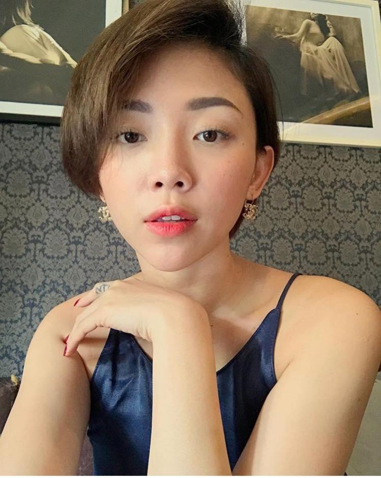 Bối rối vì Tóc Tiên mặc áo hai dây xẻ sâu hun hút ở nhà - ảnh 6
