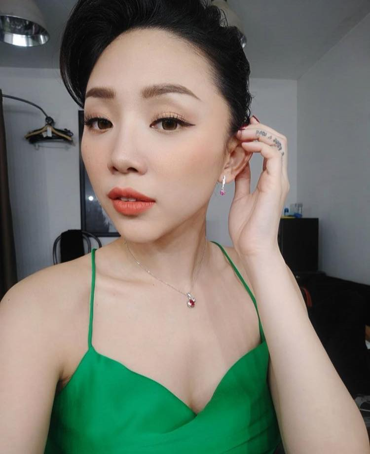 Bối rối vì Tóc Tiên mặc áo hai dây xẻ sâu hun hút ở nhà - ảnh 3