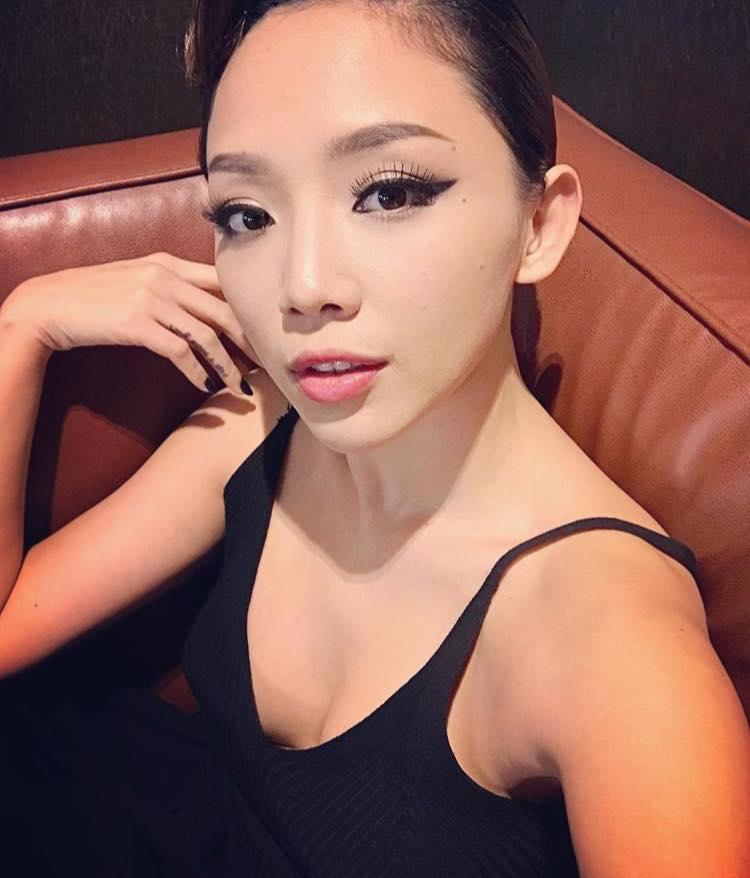 Bối rối vì Tóc Tiên mặc áo hai dây xẻ sâu hun hút ở nhà - ảnh 11