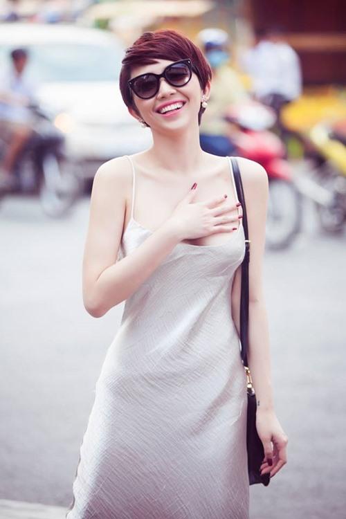 Bối rối vì Tóc Tiên mặc áo hai dây xẻ sâu hun hút ở nhà - ảnh 9