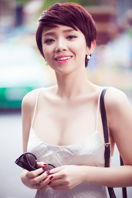 Bối rối vì Tóc Tiên mặc áo hai dây xẻ sâu hun hút ở nhà - ảnh 7