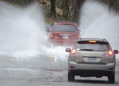 Kinh nghiệm 'vàng' lái xe trong thời tiết mưa bão - 1